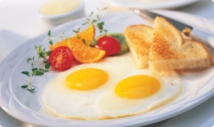 Fried-Eggs_with fruit